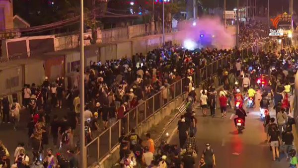 33 injured in clashes between police, anti-government protesters