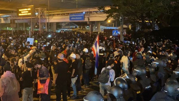 Many injured and one dies of heart attack during violent protest in Bangkok Sunday night